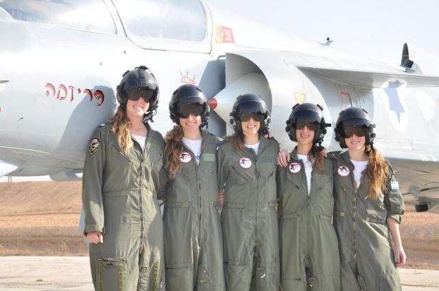 5 female pilots graduate pilots' course